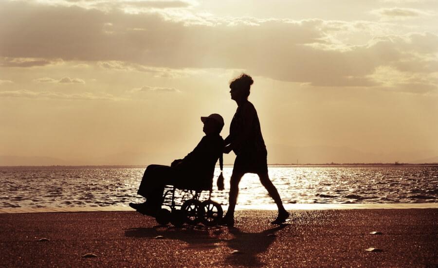 Rollstuhlfahrer am Strand