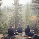 Junge Camper in der Natur Schwedens