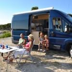 Picknick vor einem Pössl Campingbus