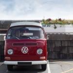 Roter Bulli auf parkplatz