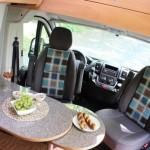 Sitzecke mit integrierten Fahrersitzen im Campingbus