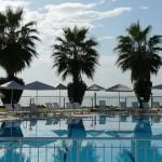 Pool vor Hotel