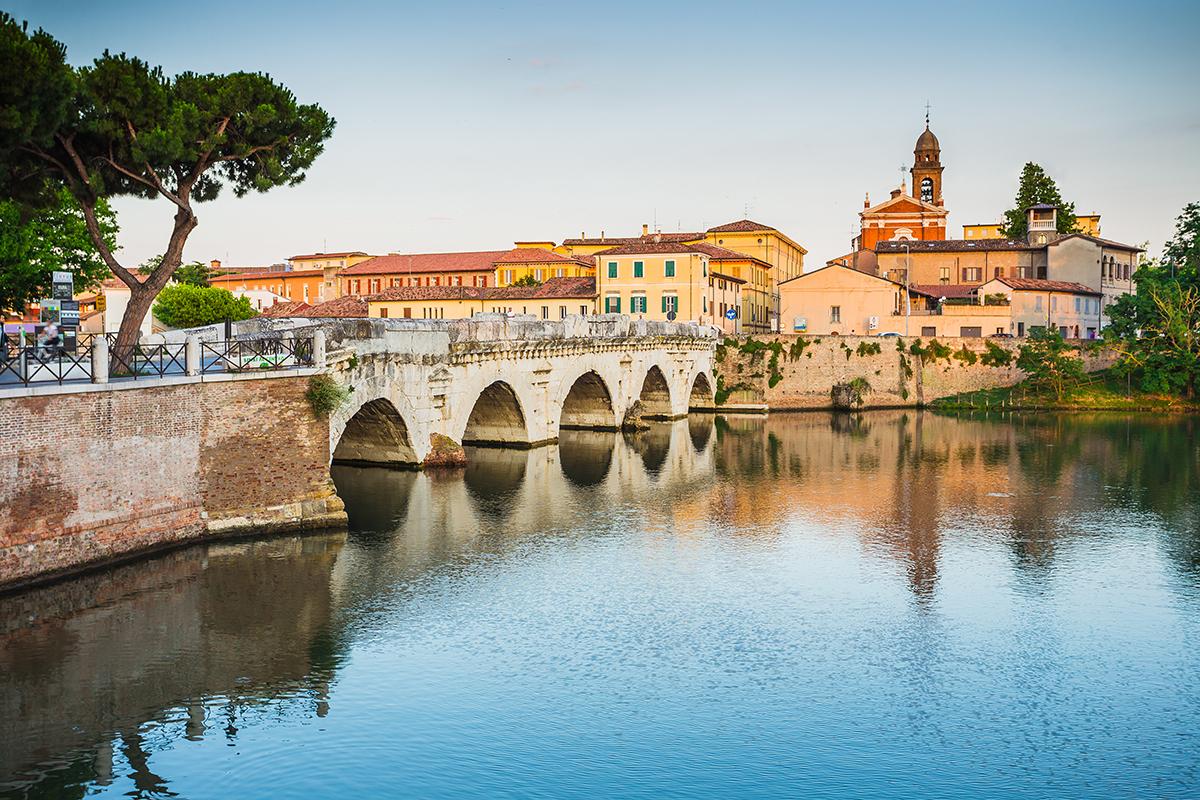 Eine Brücke im Stadtbild Riminis.