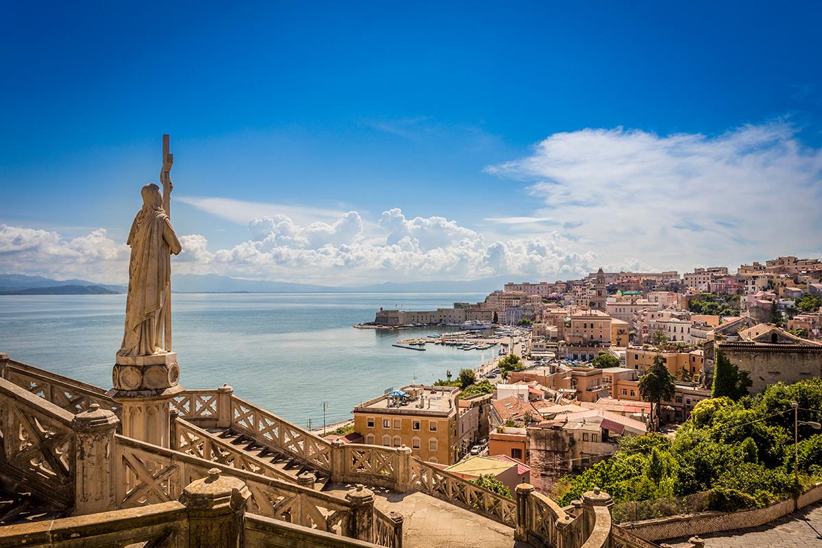 Ausblick auf das Stadt-Panorama Gaetas, mit der berühmten Jesus-Christus Statur und dem schönen Jachthafen.