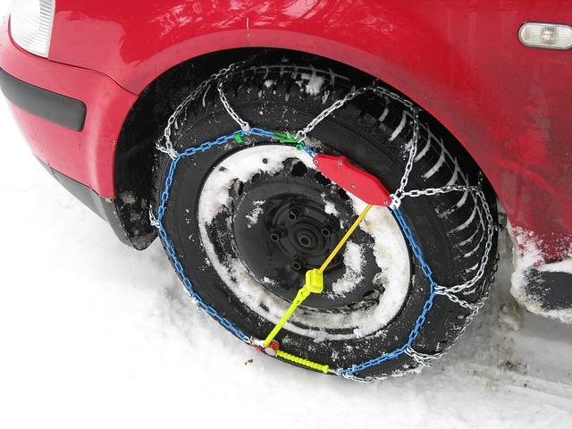 Auto mit Schneeketten