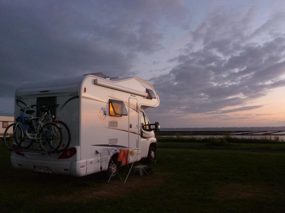 Wohnmobil parkt am Meer