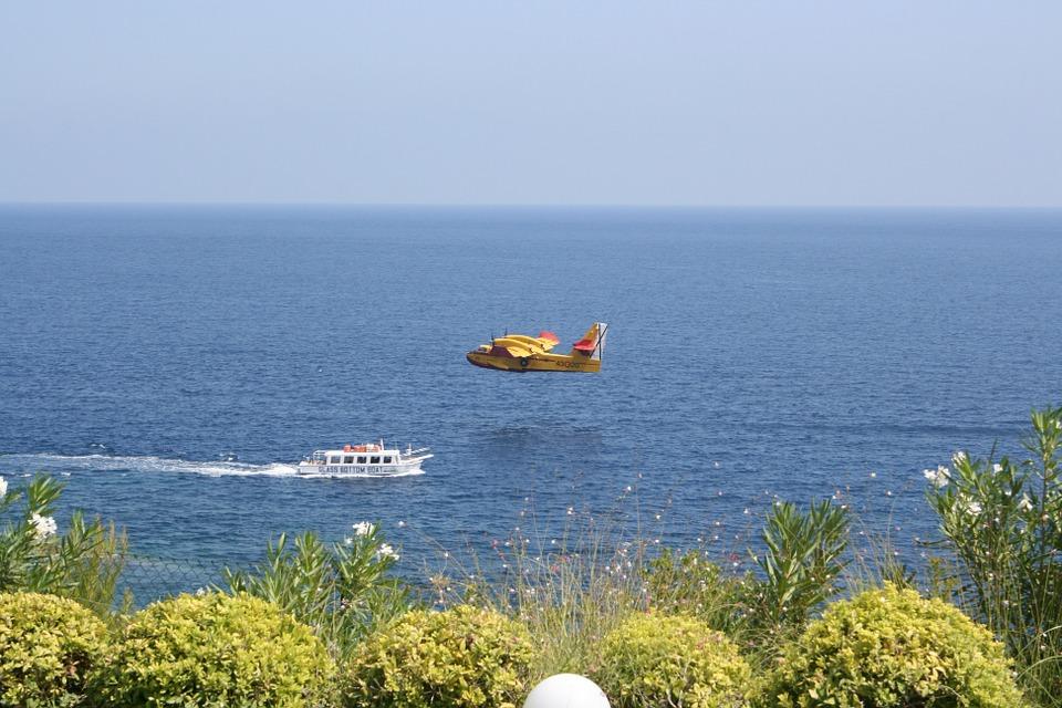 Boot und Wasserflugzeug in Ibiza