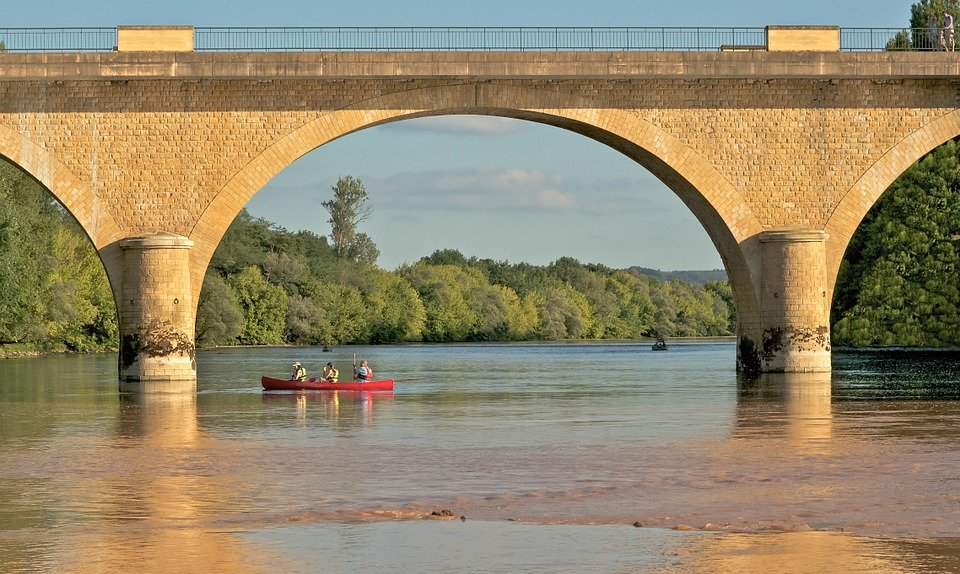 Kanuten unter Brücke