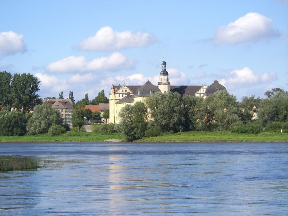 Schloss an der Elbe