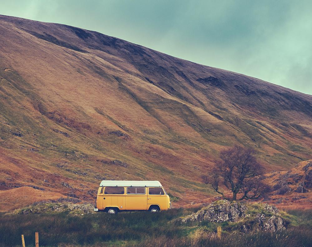 Wohnmobil inmitten der schottischen Natur.