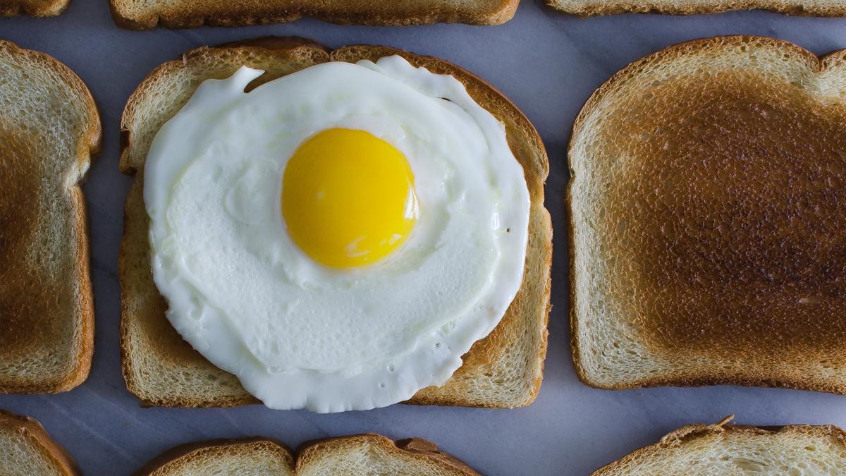 Frisches Camper-Frühstück: Spiegeleier mit Frühlingszwiebeln & Ananas