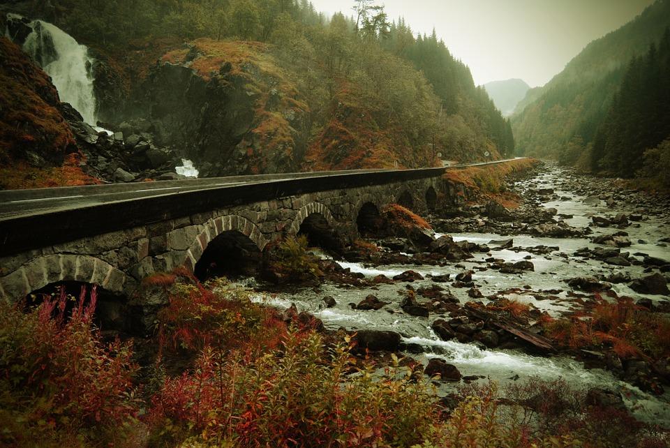 Brücke über Bergfluss