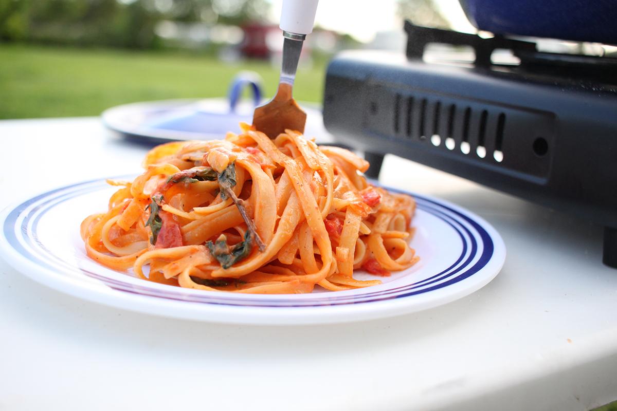 Die fertige One-Pot-Pasta mit Pfeffer abschmecken und heiß servieren.