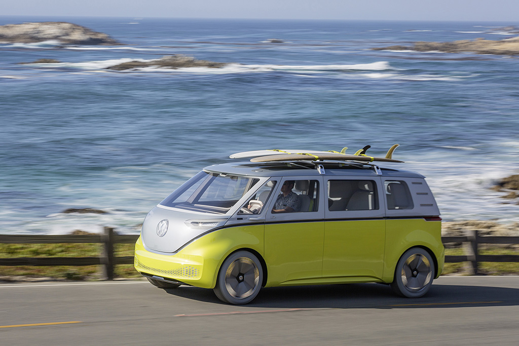 VW ID Buzz cruist am Meer entlang