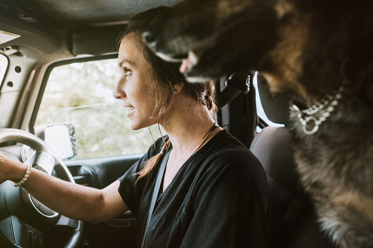 Frau mit Hund im Offroader