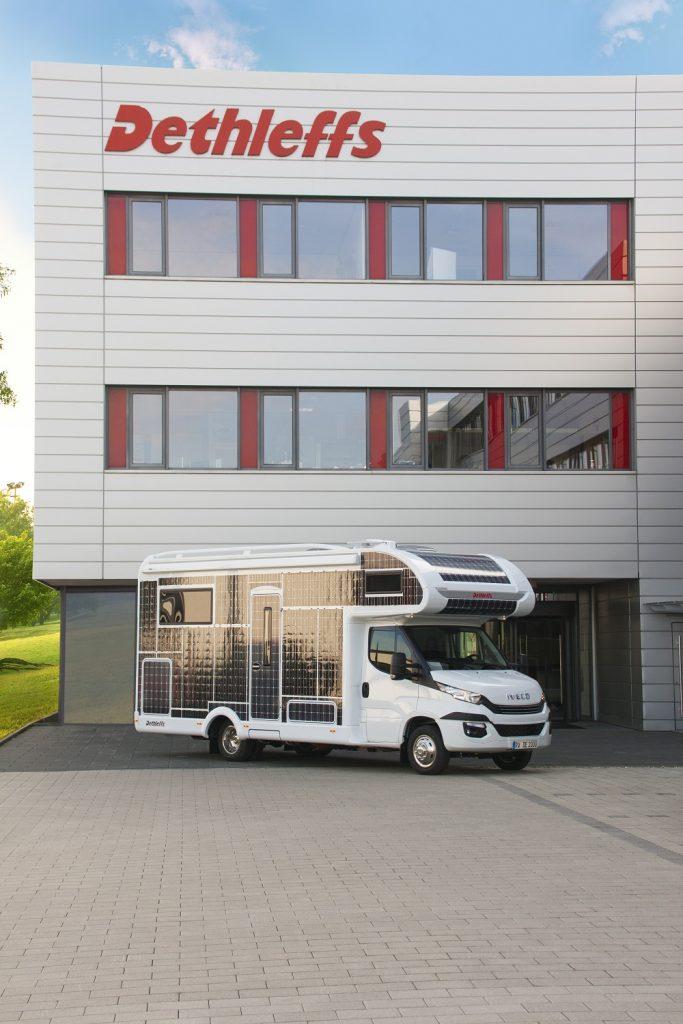 Das Elektro Wohnmobil mit Solarzellen von Dethleffs in Vollansicht