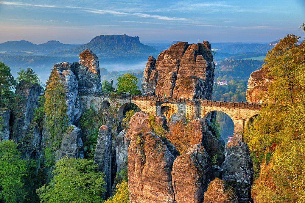 Felsen und ein Aquädukt in der Sächsischen Schweiz.