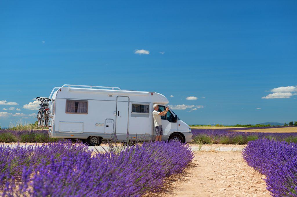 Ein Wohnmobil steht am Rande eines blühenden Lavendelfeldes.