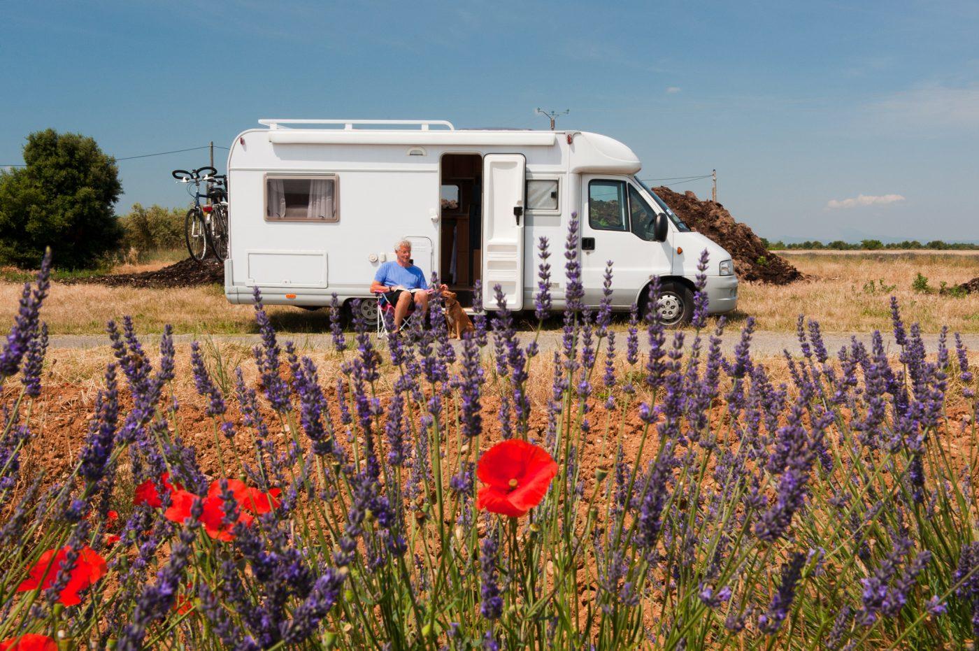 Wohnmobil steht vor einem Lavendelfeld in der Provence