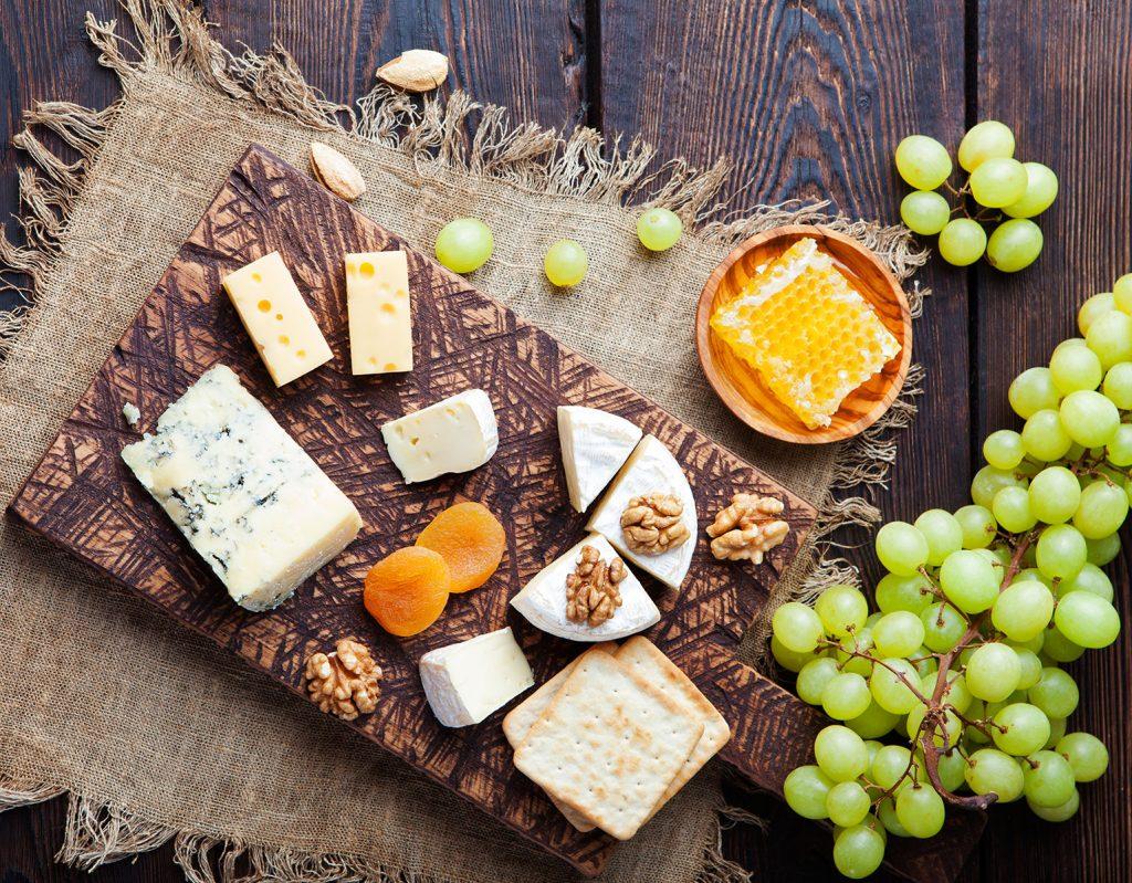 Eine Käseplatte mit Weinreben.