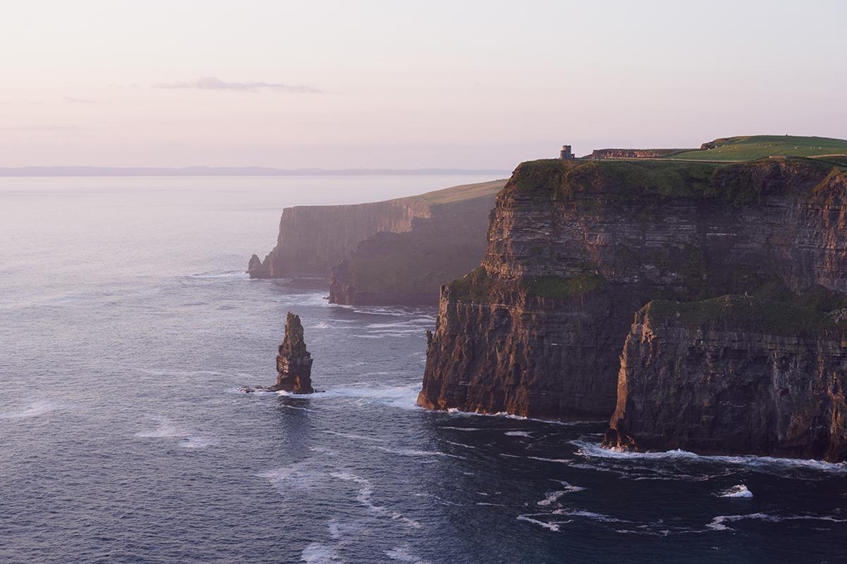 Zerklüftete Felsen, steile Klippen und unberührte Weiten ‒ das ist Irland. Camping in Irland bringt dich näher an die Natur.