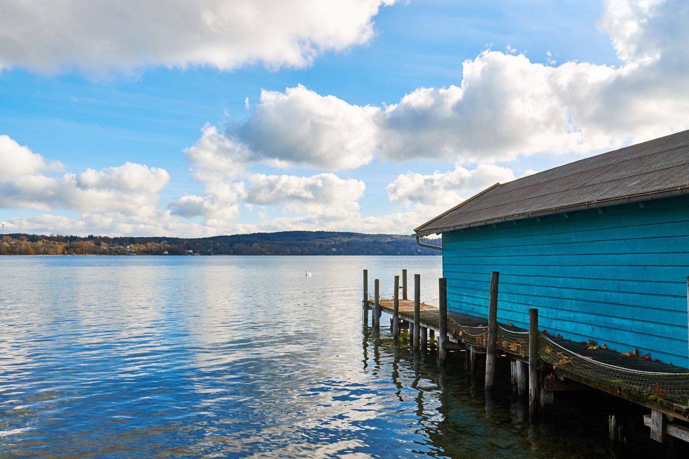 Steg an einem blauen Haus am Starnberger See