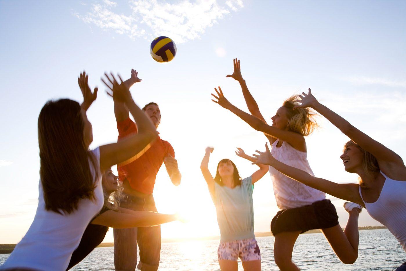 Volleyball-Spieler beim Spiel auf dem Beachvolleyball-Feld