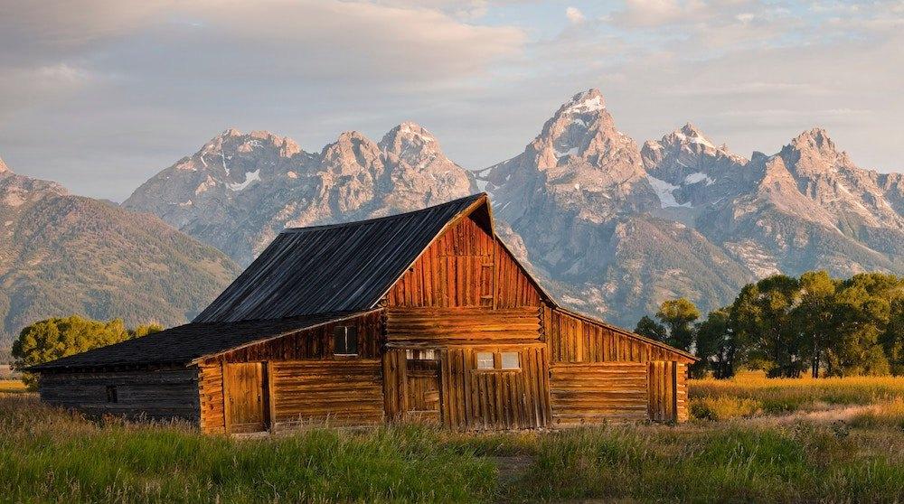Die berühmte Scheune T.A. Moulton Barn mit einer Gipfelkette im Hintergrund.