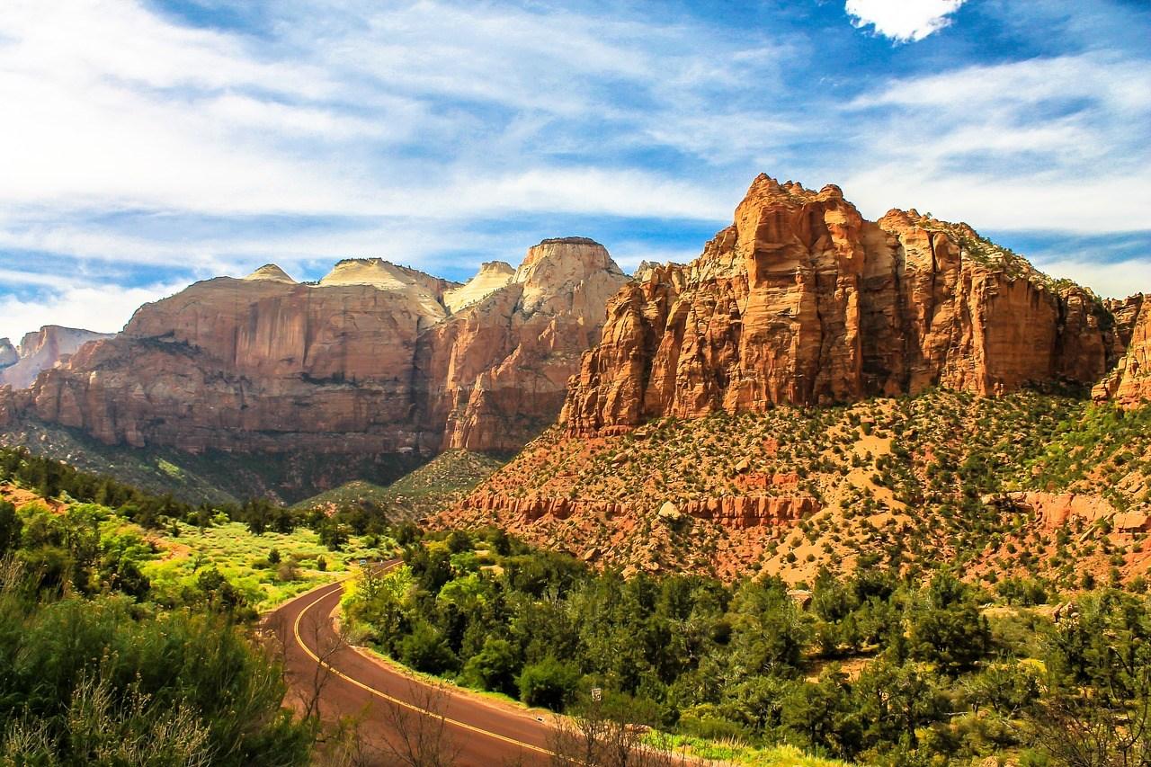 Die roten Felsen des Zion Nationalparks thronen über der Landschaft.