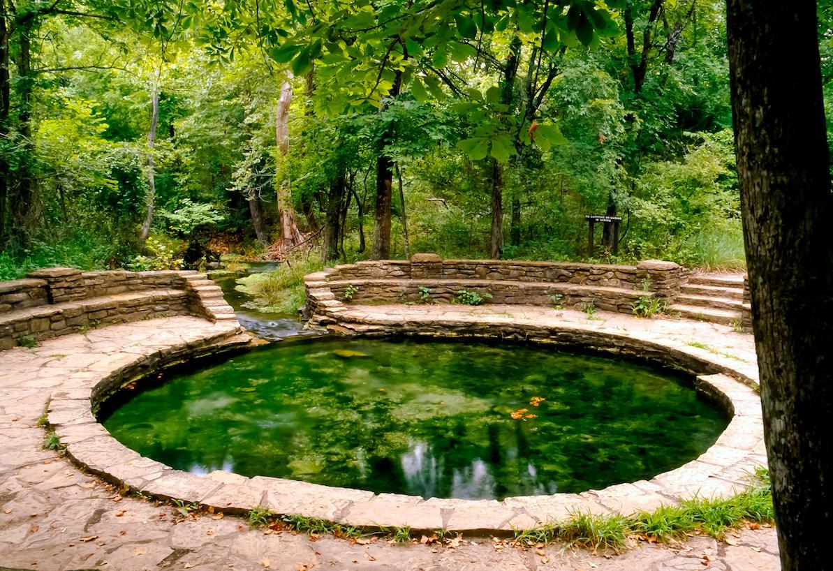 Heilquelle im Wald in der Chickasaw National Recreation Area.