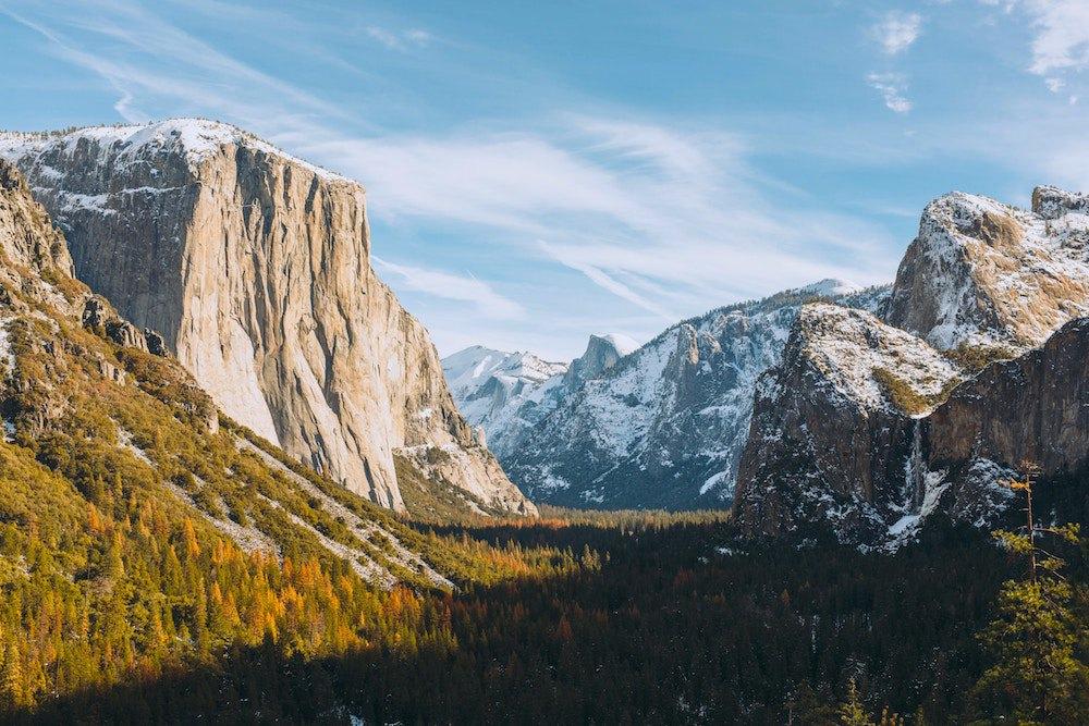 Das Yosemite Valley umringt von riesigen Granitfelsen.