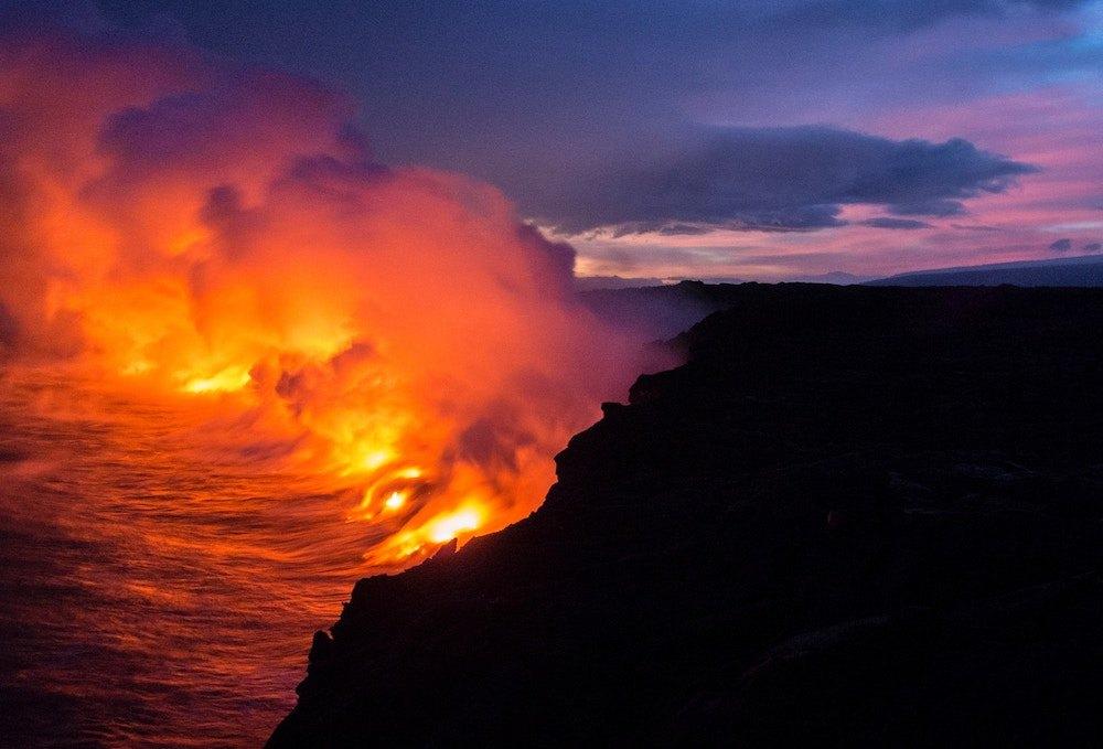 Ein Vulkan beim Ausbruch.