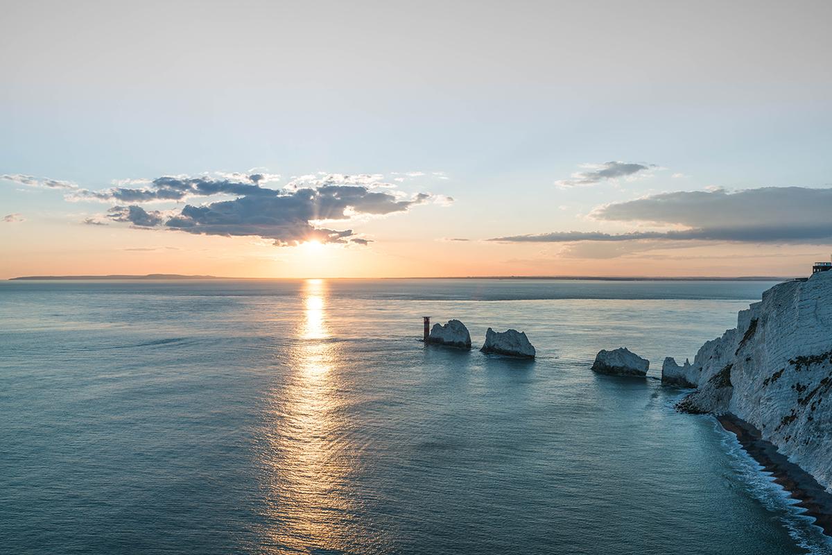 """Panorama der Küste der Isle of Wight mit der berühmten Küstenspitzem """"The Needles""""."""