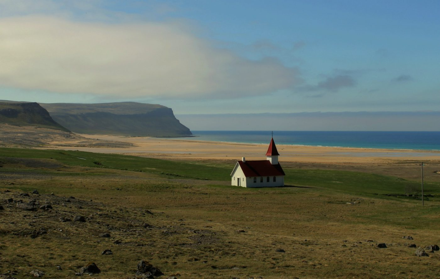 Kirche der Ortschaft Breidavik auf Island
