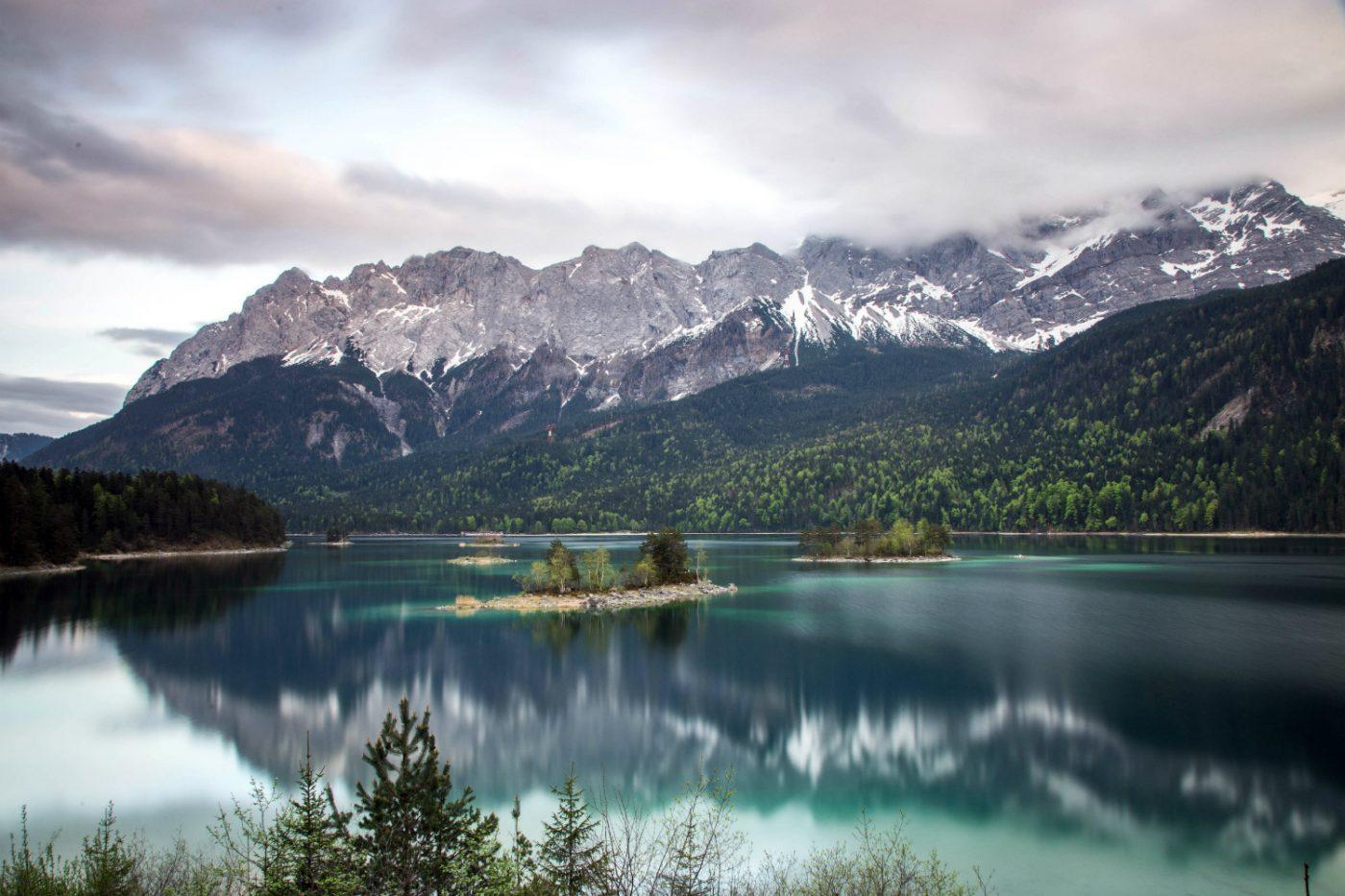 Eibsee mit den Alpen im Hintergrund.