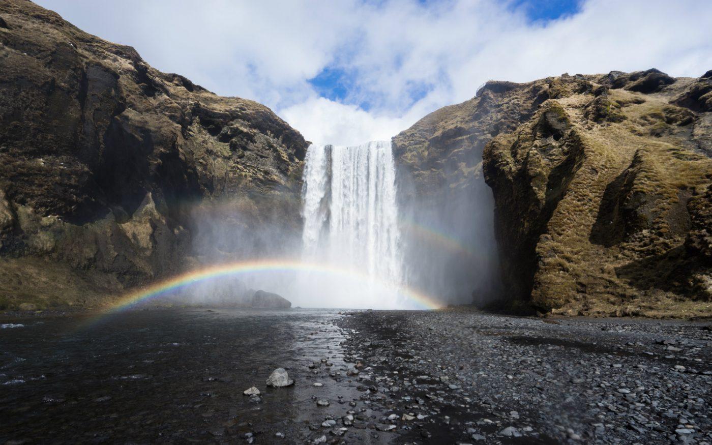 Wasserfall Seljalandsfoss und ein Regenbogen