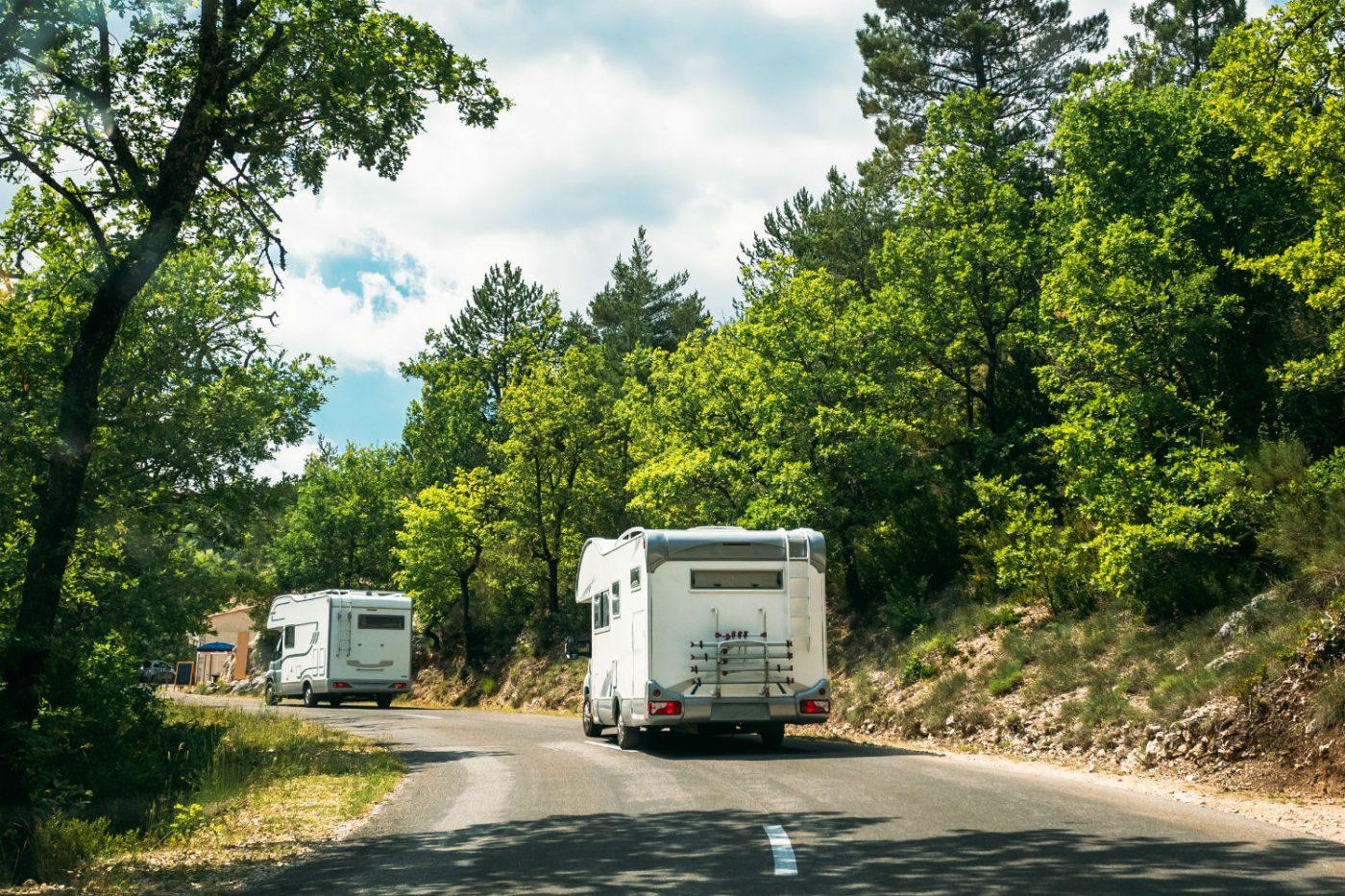 Geht es mit mehreren Wohnmobilen in den Urlaub, sollte Einigkeit über die Route bestehen.