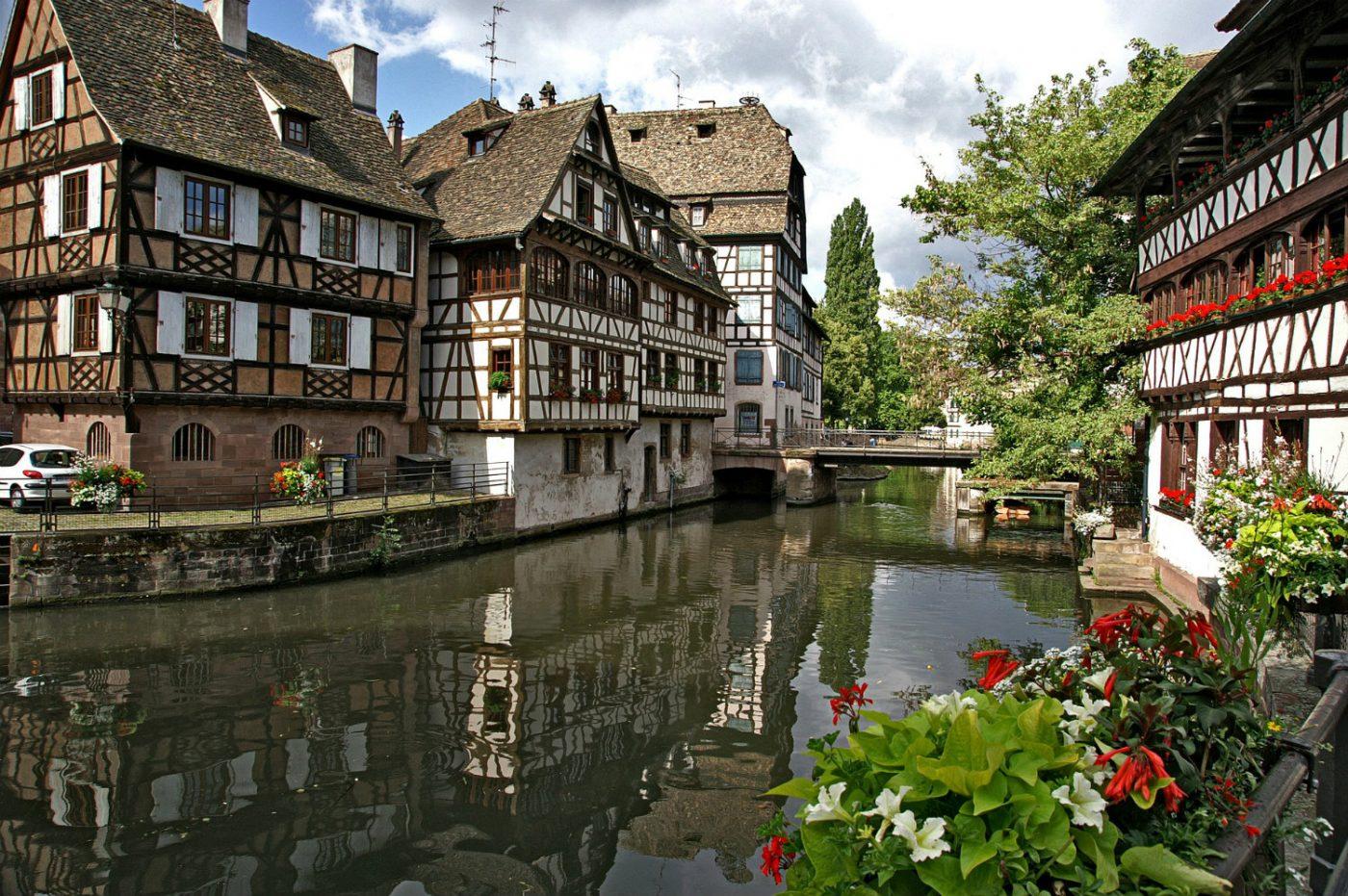 Fachwerkhäuser und am Fluss Ill in Straßburg.