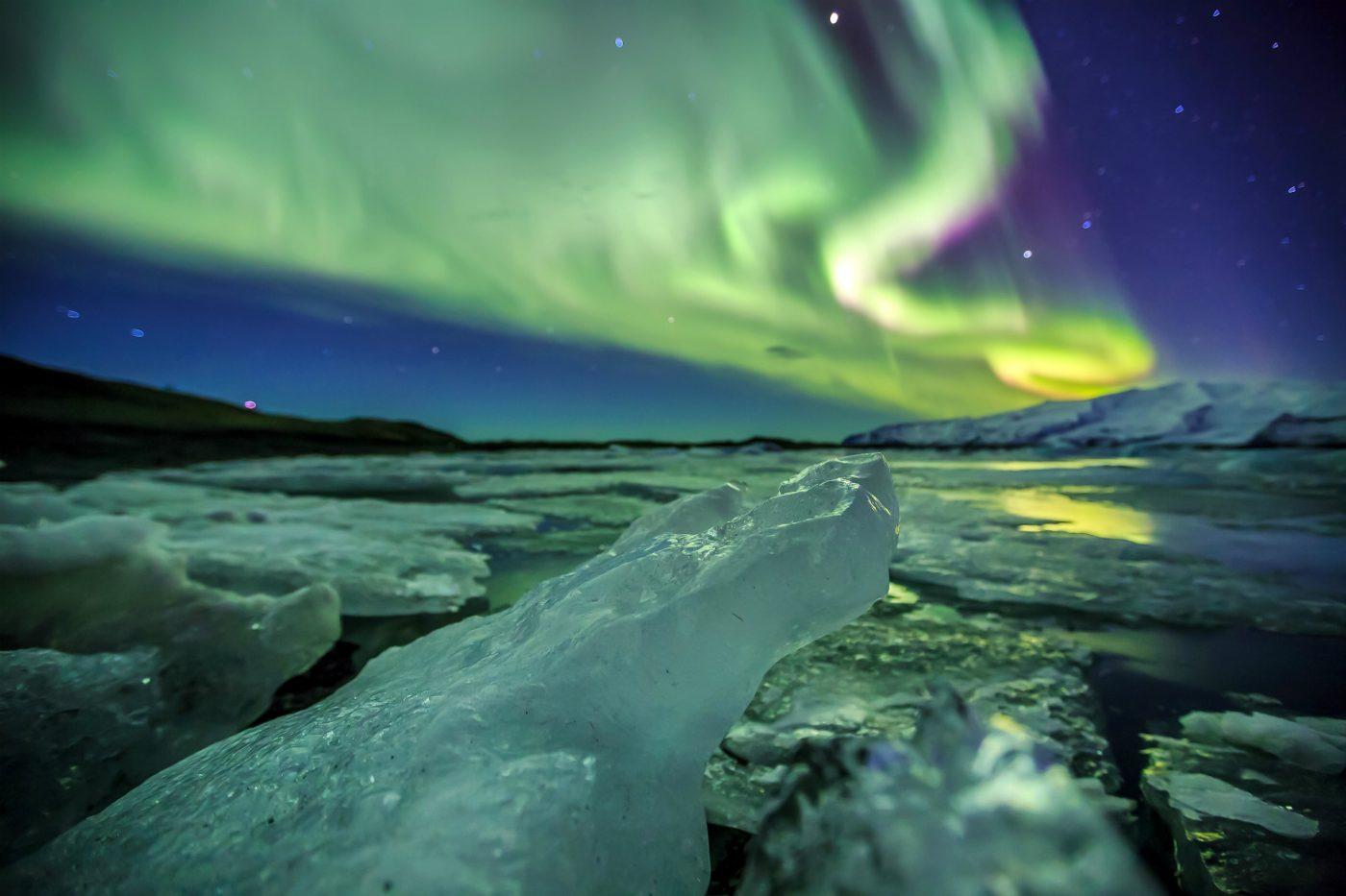Nordlichter am Nachthimmel in Island