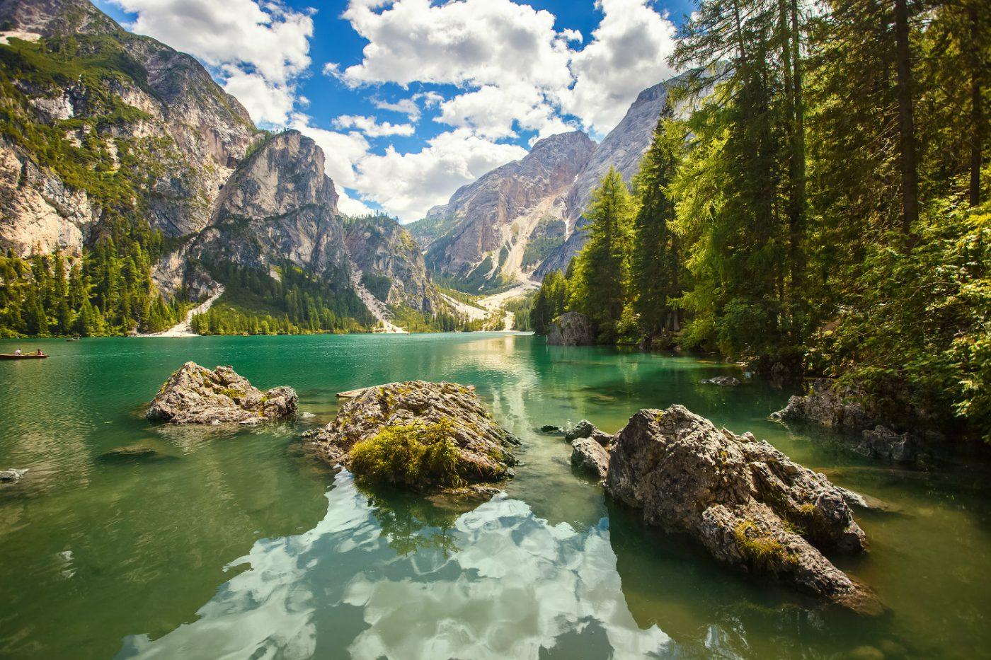 Ein See und Berge in Tirol in Österreich