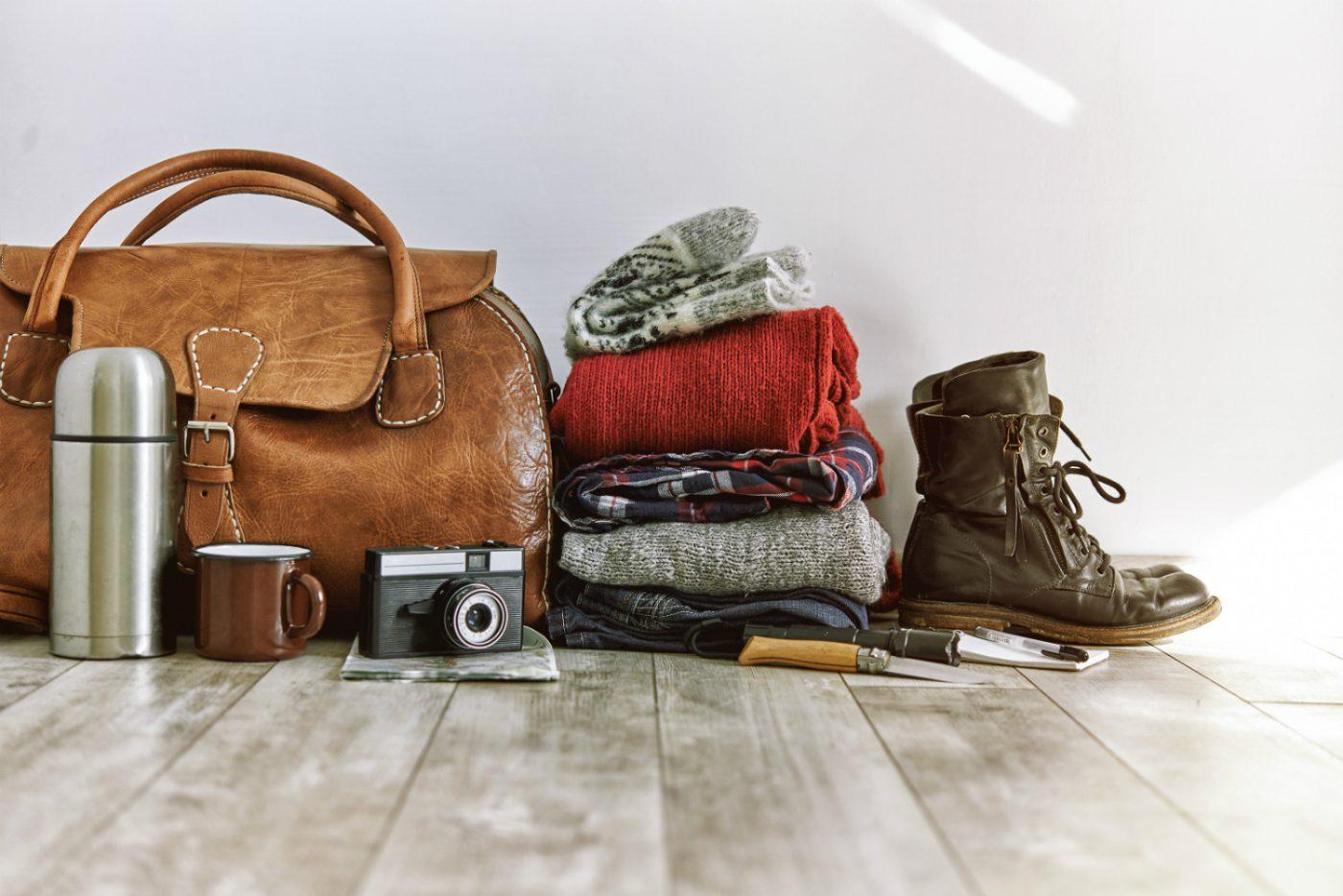 Eine Tasche mit gepackter Kleidung.
