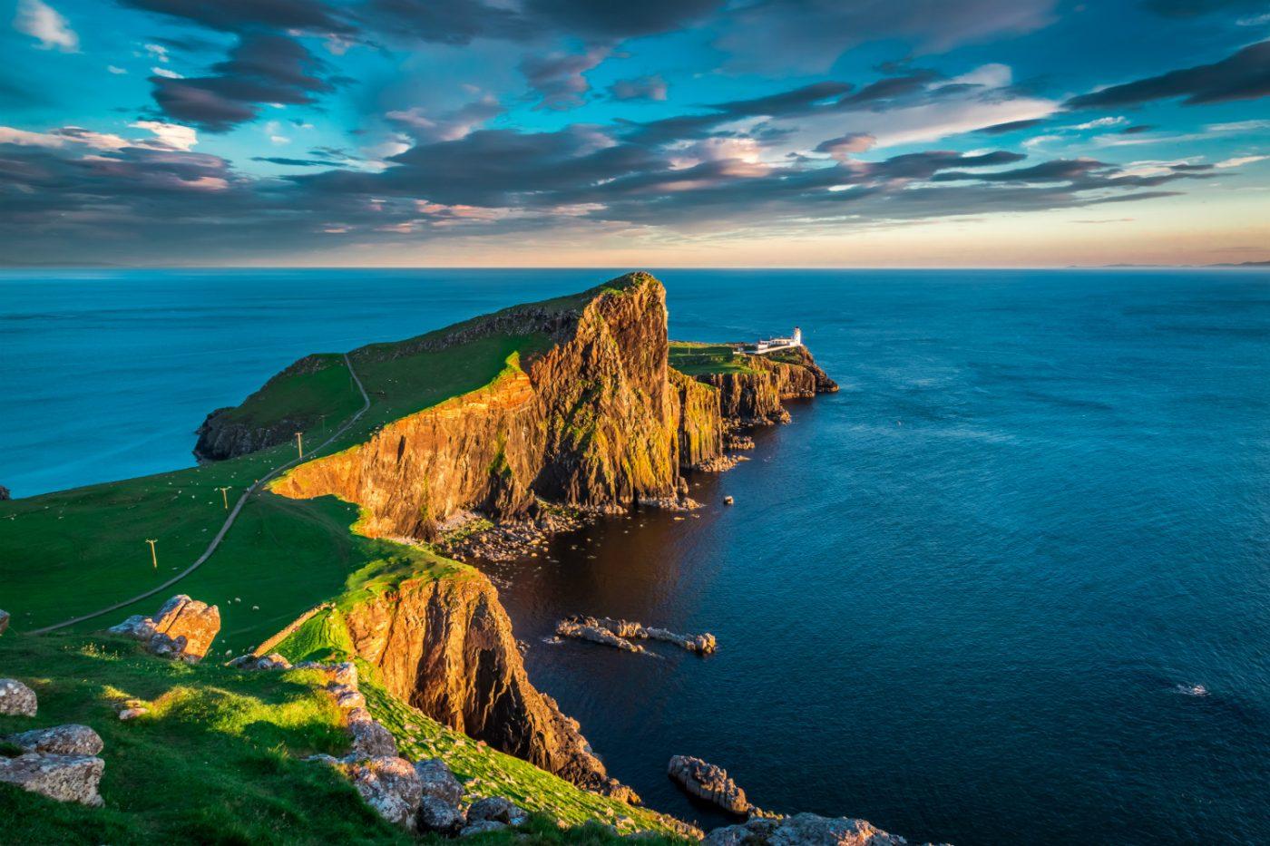 Landschaftspanorama der schottischen Highlands bei Sonnenuntergang.