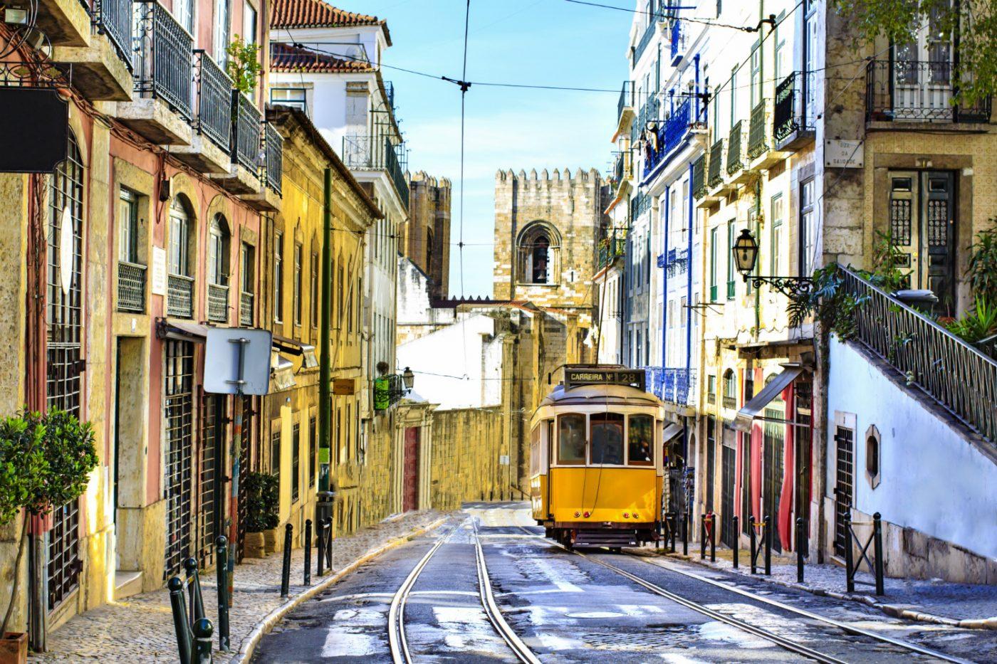 Eine Straßenbahn in einer Straße Lissabons