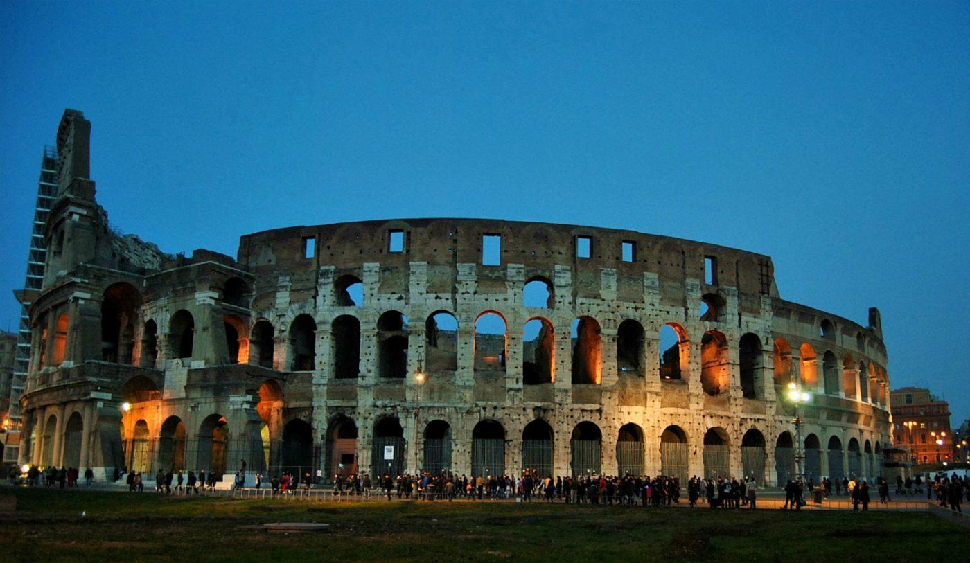 Panorama-Blick auf das Kolosseum in Rom.