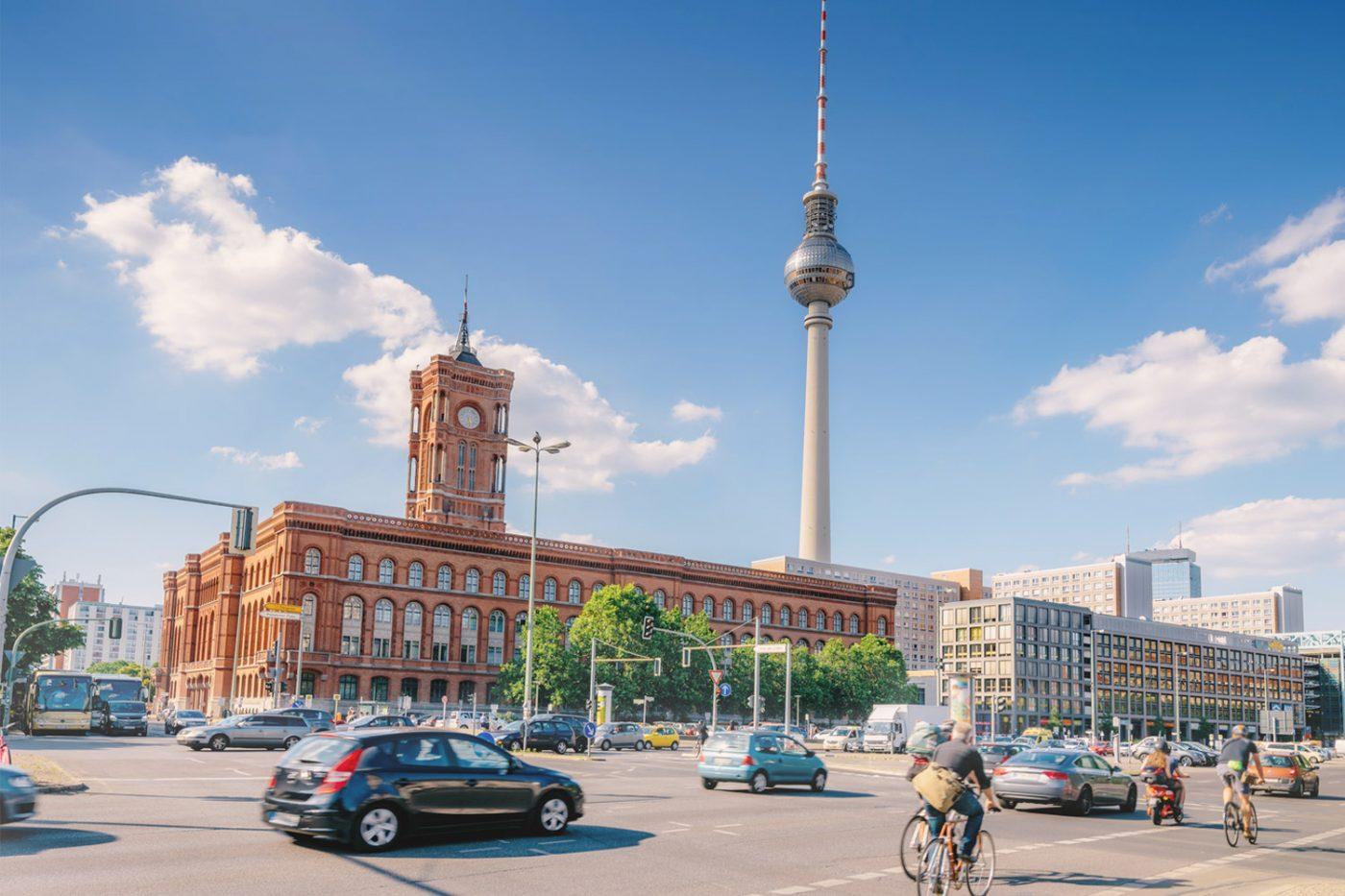 Das Rote Rathaus und der Fernsehturm in Berlin.