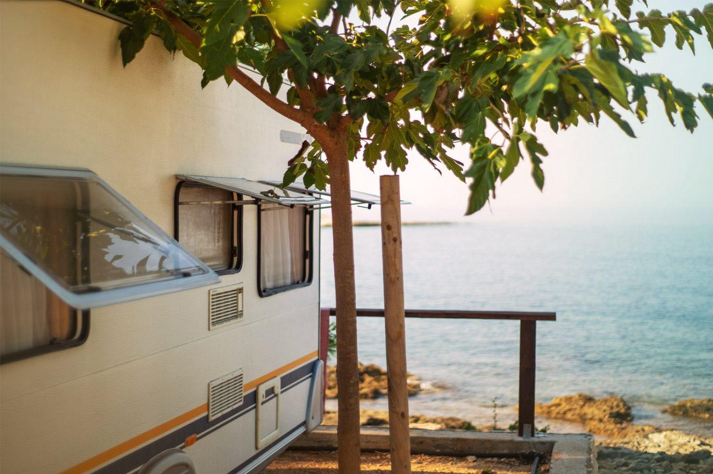 Ein Wohnmobil steht an einem Strand.