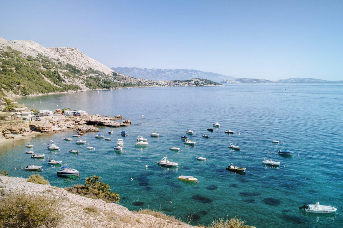 Boote vor der Küste der Insel Krk in Kroatien.
