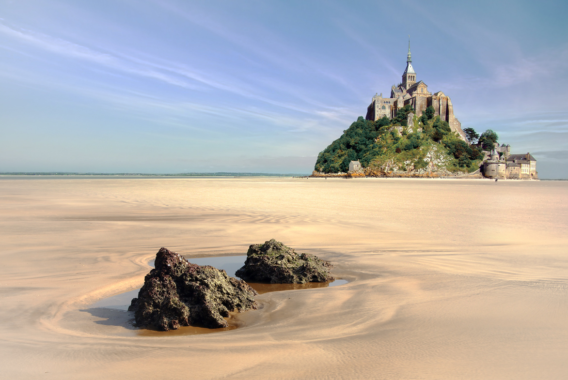 Mont Saint Michel und der umliegende Strand in Frankreich.