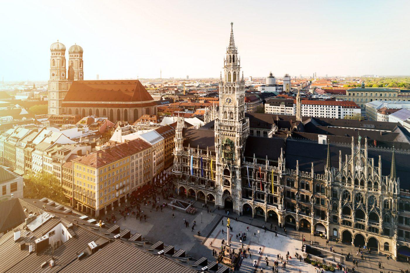 Blick auf die Frauenkirche und das Neue Rathaus in München.