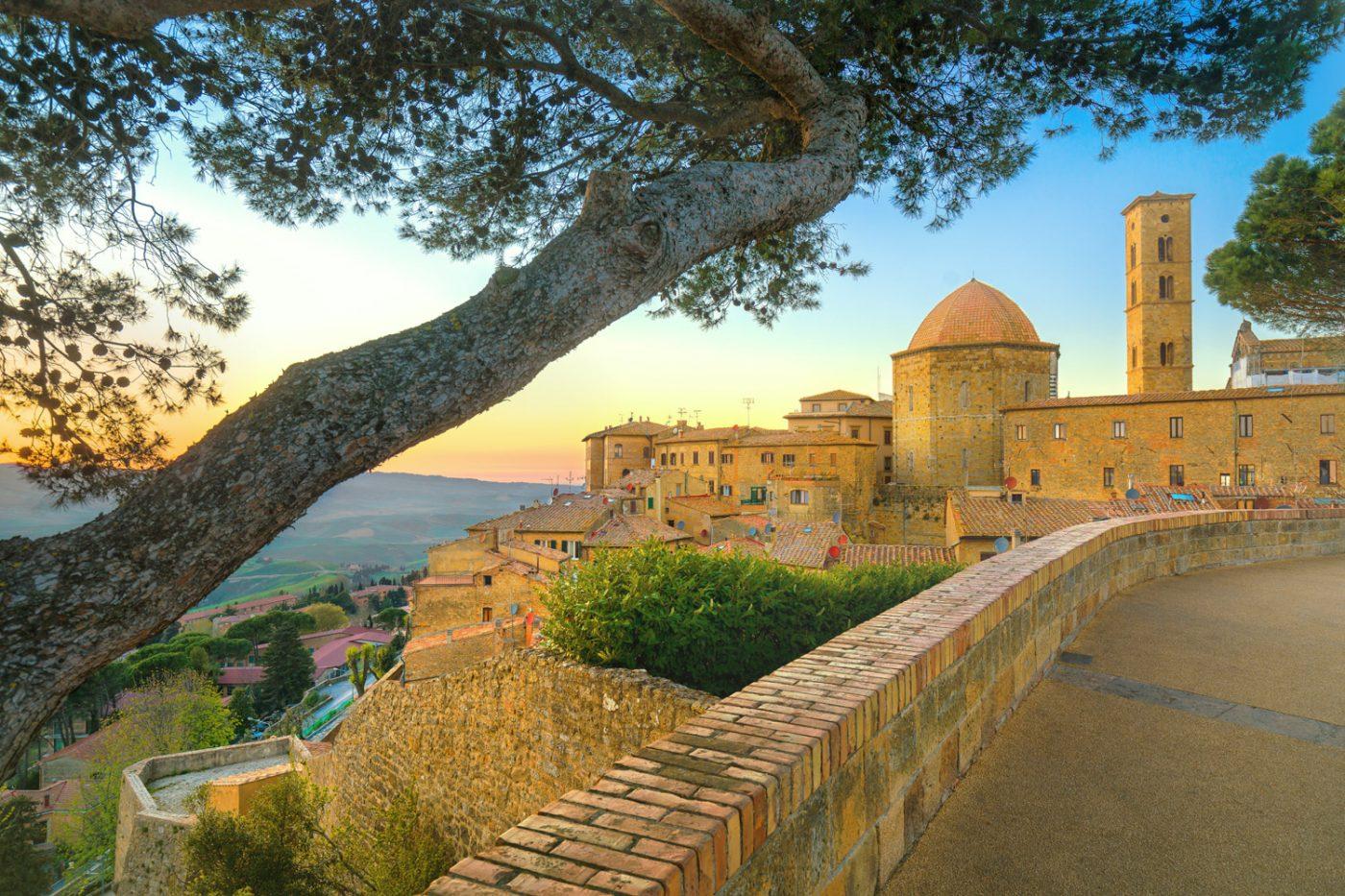 Blick über die Gebäude und Umgebung von Volterra, Italien.
